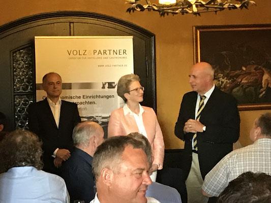 Mitte: B. Busch, Reutlingen, Gruppensprecherin Freie Wähler/FDP, rechts: W. Dette, Ehrenvorsitzender der Bundes VLK