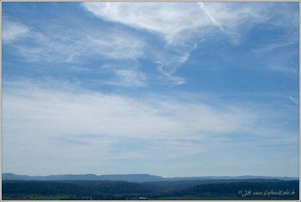 der Dreifürstenstein in der Bildmitte, das Zipfele ganz rechts die Burg Hohenzollern