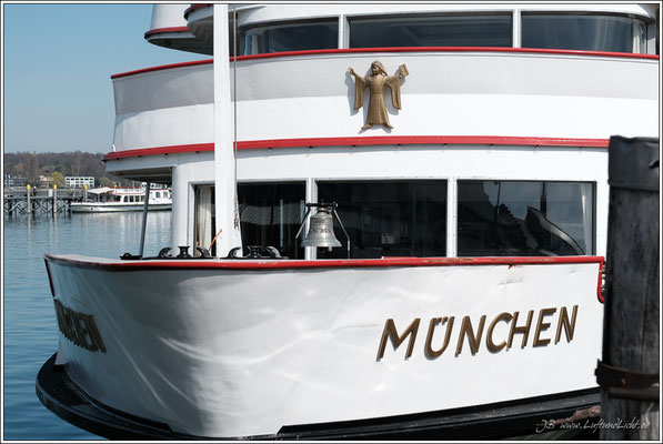 Im Hafen liegt die MS München, Baujahr 1962, wie ich. Gut der Lack ist nicht mehr ganz neu, aber sie ist auch noch im Einsatz. Mal sehen, wer von uns beiden zuerst in den Ruhestand darf ;-)