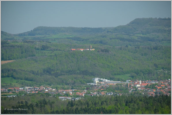 in der Bildmitte Burg Staufeneck, die Anlage besteht heute aus der Ruine und einem 5 Sterne Hotel