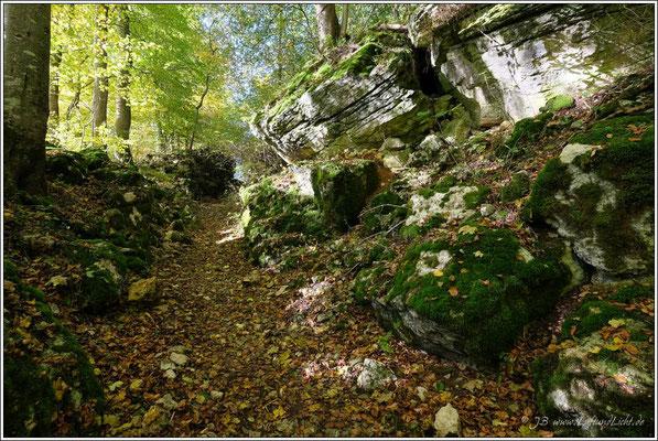 durch diesen schmalen Hohlweg mit mächtigen Felsbrocken ...