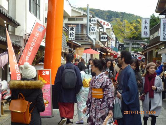 『伏見稲荷神社』 平日の火曜日の午後です。がらんとしているだろうと思ったら大間違い。ものすごい数の観光客でした。さすが京都です。