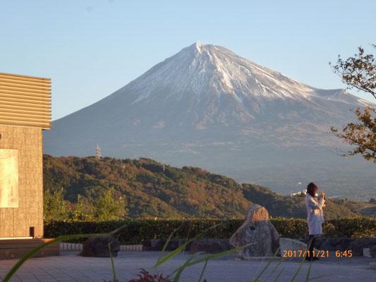 次のSAで陽が昇りました。この時期はまだうっすらと雪化粧の富士山でした。