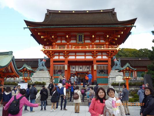 『伏見稲荷神社』 アジア系5割、欧米系2割、日本人が3割といった感じでした。