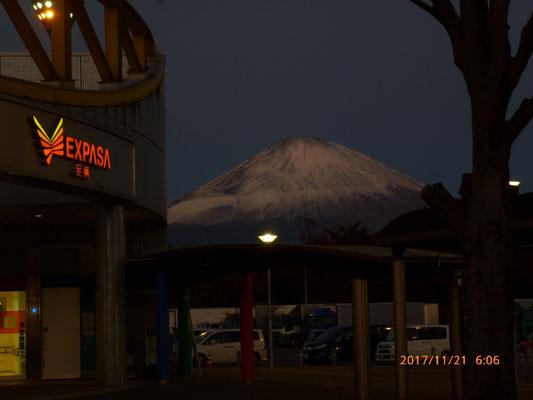 夜は空けていますが日の出前の富士山。足柄SA