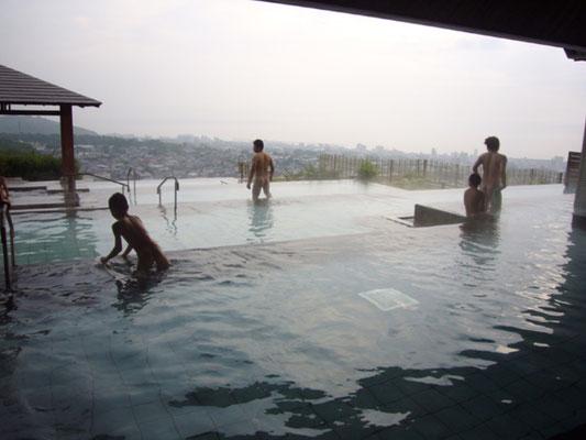 源泉かけ流しの「棚湯」 このほかにもいろんな風呂があります。