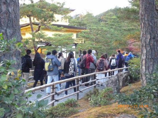 『金閣寺』 陽の落ちた平日の夕方だと言うのに観光客は後を絶ちません。