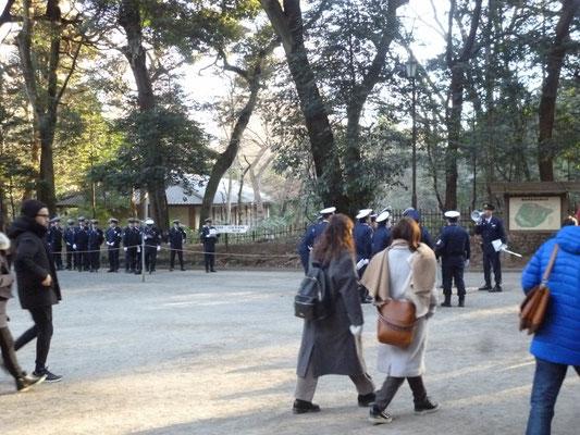 午後からの参拝客のために警備に当たる警官が増やされていました。