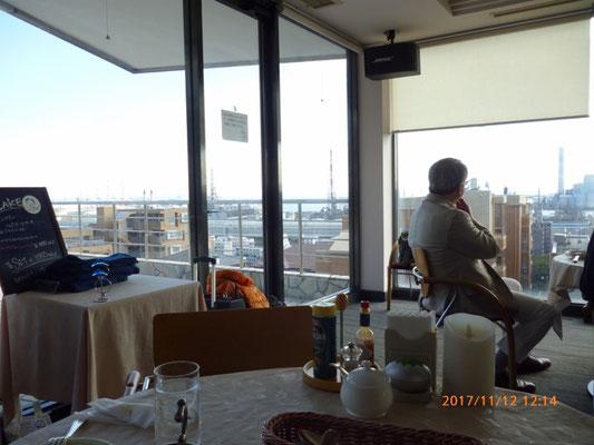 2階の客席からは三浦半島や東京湾に浮かぶ貨物船などもいっぱい見えました。