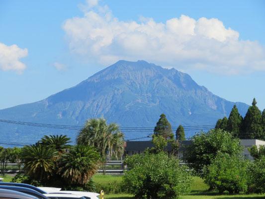 これは鹿児島の「桜島」 日置市へ祖母の墓参り。 宮崎は暑いと思っていましたが鹿児島「かごんま」の日差しは半端なかった。