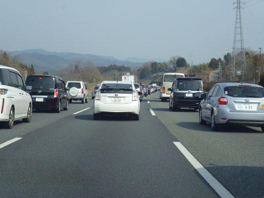 帰りの車窓から。大渋滞。これほぼ停車。たまらず上の原から降りて山の中を帰る。