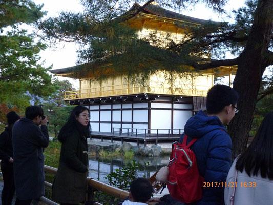 『金閣寺』 足元は暗くなりかけていますが金閣寺は光り輝いていました。