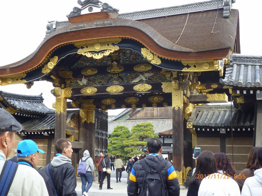 『二条城』 内門には綺麗な装飾がありましたが、これも品のいい装飾でした。