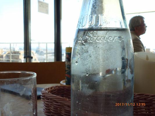 ソーダ水を頼まなかったのでウォーター瓶でやって見たとです。   水滴が邪魔をして何も見えません!