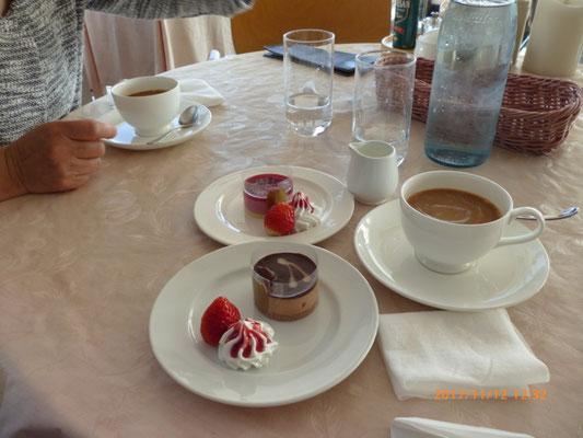 セットのケーキと飲み物。ケーキは5種類から、飲み物も5種類ぐらいの中から選べた。