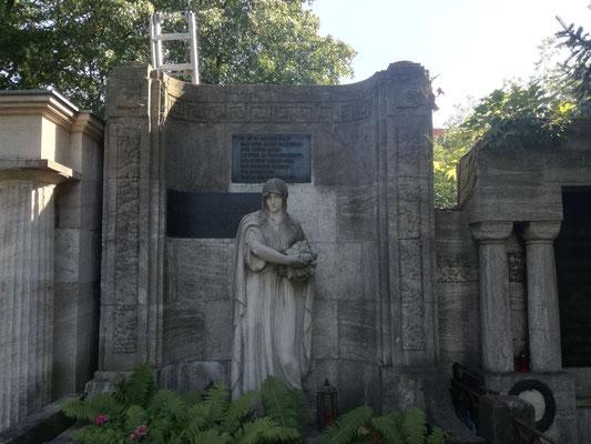 Statue des Bildhauer Hans Dammann auf dem Friedhof Grunewald