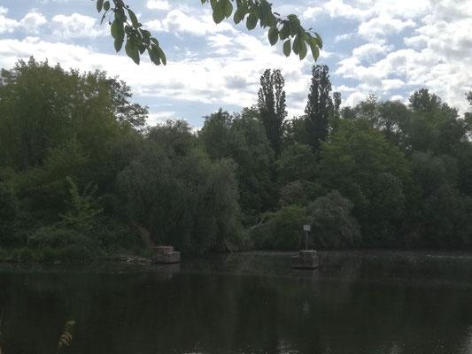 Teltowkanal mit Blick zu Resten von Grenzposten ehemalige innerdeutsche Grenze