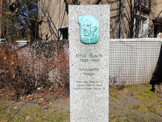 Ehrenmal vor ehmaligem Wohnhaus Ernst Busch  - Berlin Pankow