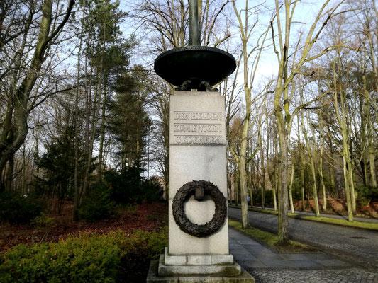 Eingang zum Sowjetischen Ehrenmal Schönholzer Heide