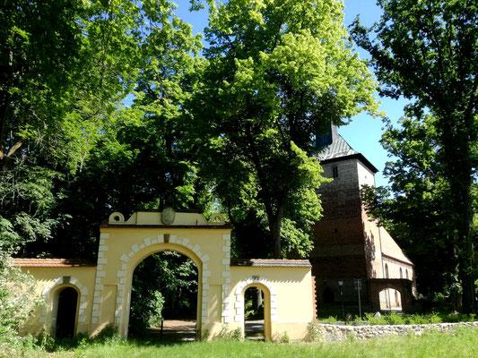 Medusentor und Kirche Kleinmachnow