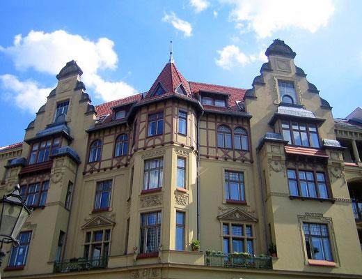 Hausfront am Viktoria-Luise-Platz - Manfred Brückels - Wikimedia Commons - CC BY-SA 3.0