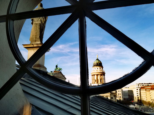 Ausblick im Deutschen Dom auf Konzerthaus und Französischen Dom