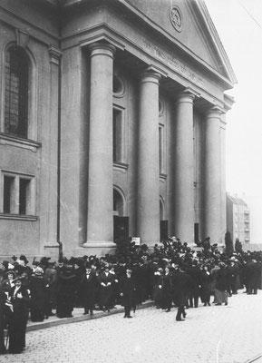 Synagoge Levetzowstraße von Unbekannt - Landesarchiv Berlin via Wikimedia Commons