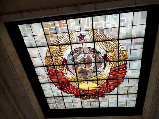 Oberlicht mit einer Wappendarstellung der Sowjetunion - Sowjetisches Ehrenmal Schönholzer Heide