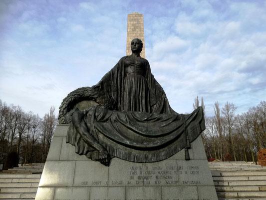 Skulptur der Mutter Erde im Ehrenhain - Sowjetisches Ehrenmal Schönholzer Heide