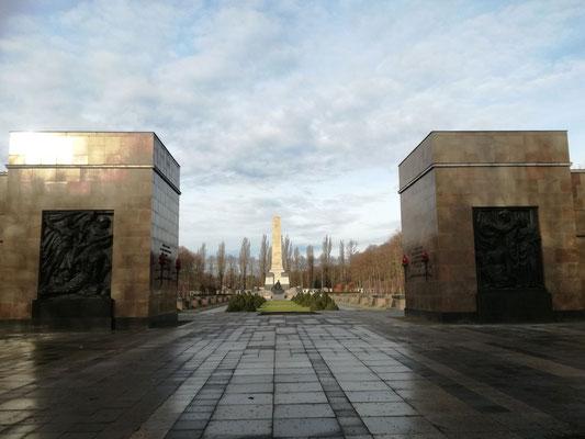 Torgebäde am Sowjetischen Ehrenmal Schönholzer Heide