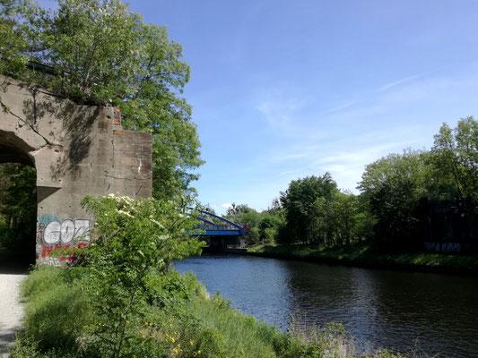 Widerlager der ehemaligen Friedhofsbahnbrücke und die heutige Autobahnbrücke