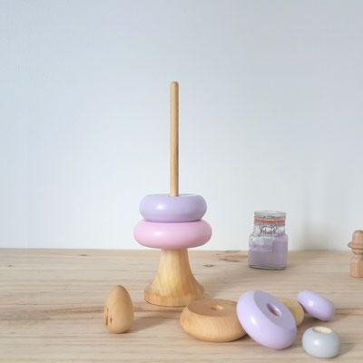 Pyramide empilable rose clair et violet pastel idéal pour la motricité des bébés. jouets en bois fait main en France.