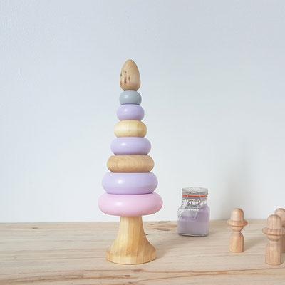 jeu en bois réalisé à la main en France. pyramide d'éveil empilable avec 7 donuts de coloris rose bonbon et violet pastel