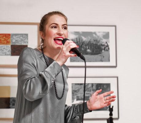 Leo Will - Sängerin & Moderatorin zur Ausstellungseröffnung in Paderborn