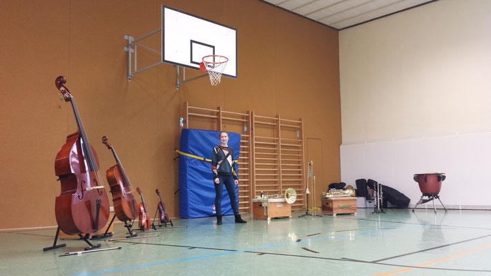 Leo Will präsentiert Instrumente des Sinfonie-Orchesters