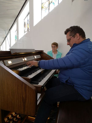 Hans-Ulrich an der Orgel und Tante Elly