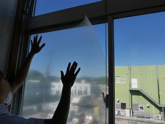 窓張断熱シートを施工している様子。