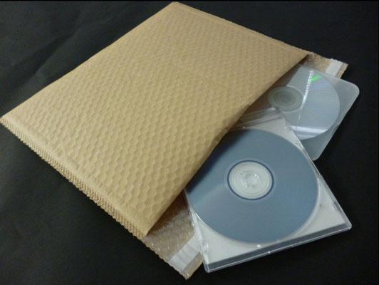 クラフトラミエアセル/封かんテープ付き製袋品に、DVDを梱包して発送する様子。