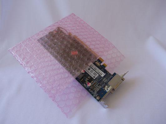 EPM-100(帯電防止/二層品)のベロ付き製袋品。なお、画像はイメージであり、実際はこのように製品が袋からはみ出すかたちで梱包することはおすすめしません。