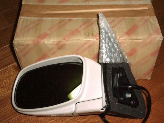 ドアミラー(クルマ)の端部を三角袋で梱包した様子。製品に合わせた三角袋をご提供します。
