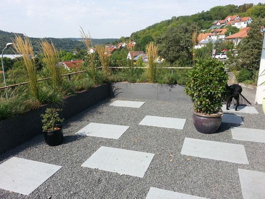 Dachterrasse Pflanzgefäße Pflanztrog Gräser mit Trittplatten in Basalt Zierkies Fläche