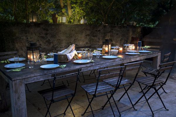 Gedeckter Tisch und gemütliche Atmosphäre mit Natursteinmauer
