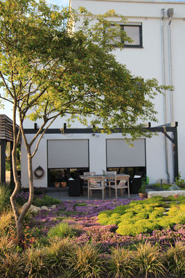 Terrasse Keramikplatten abgesenkt mit Outdoormöbel Holz