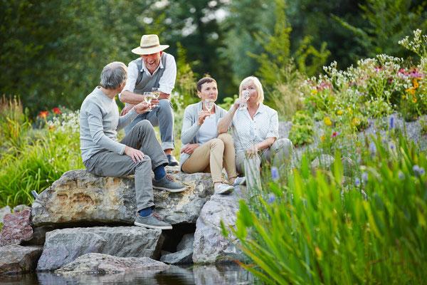 Naturnaher Garten mit Naturstein Muschelkalk und Pflanzbeeten