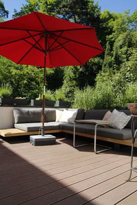 Dachterrasse mit Holzterrasse und Outdoormöbel