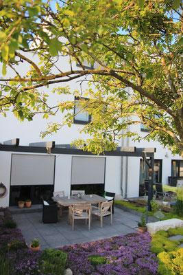 Keramikplatten Terrasse mit Beetbepflanzung und Pergola Gehölz Felsenbirne