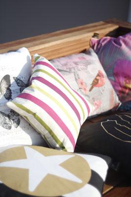 Gartendekoration Outdoor Kissen auf Holzdeck