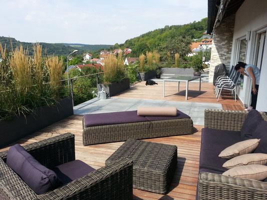 Dachterrasse mit Holzdeck und Outdoormöbel Pflanzgefäße Gräser