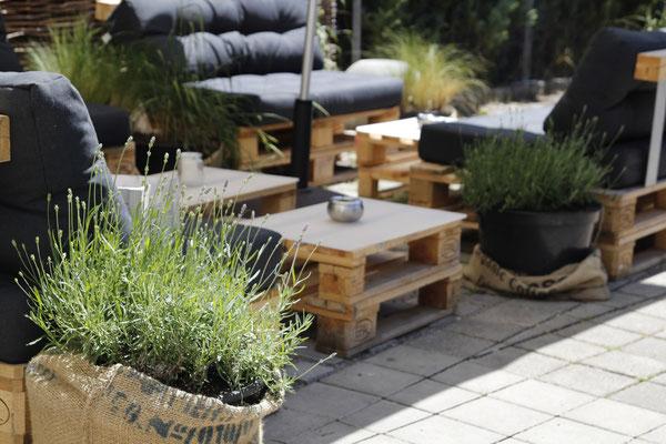 Pallettenmöbel Pallettentisch Stuttgart mit Pflanzung Lavendel Gräser und Sonnenschirm Gastronomie