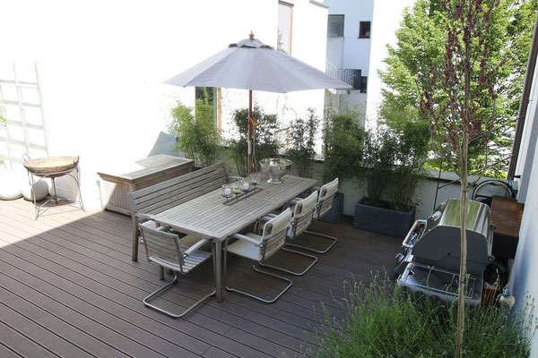 Dachterrasse mit Outdoormöbel und Pflanzgeäße mit Fargesia Bambus Lavendel Gräser Judasbaum Cercis Wisteria und Gartenbrunnen